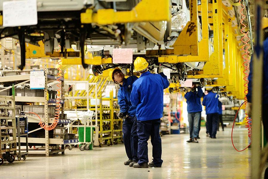 圖為上汽通用五菱汽车股份有限公司青島分公司內的生產車間。(STR/AFP/Getty Images)