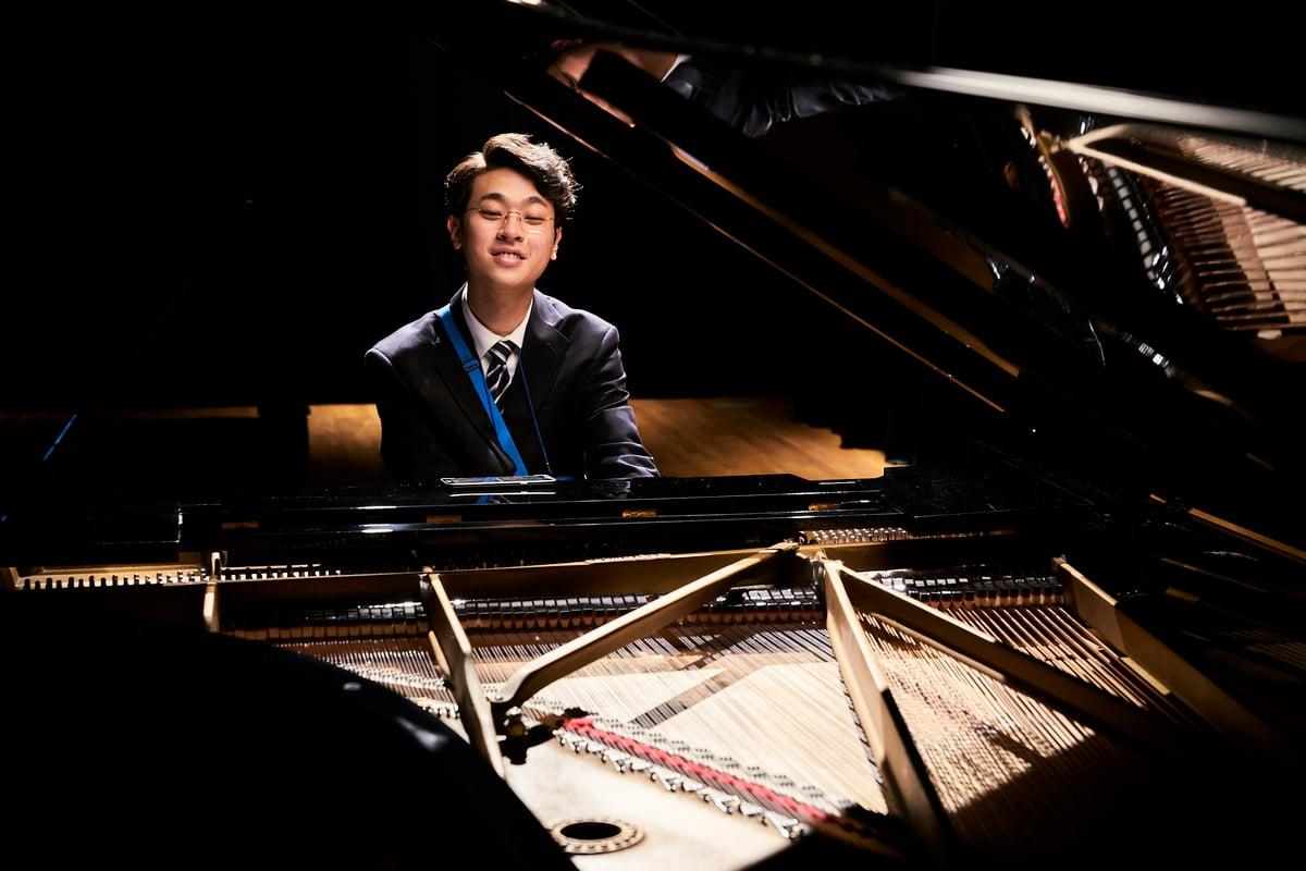 韓片《媽寶兄弟》也是拍母親與自閉症兒子的故事,但與《黃金花》中的光仔不同的是,《媽寶兄弟》的珍泰是鋼琴天才。(     2018 CJ E&M CORPORATION, JK Film ALL RIGHTS RESERVED)