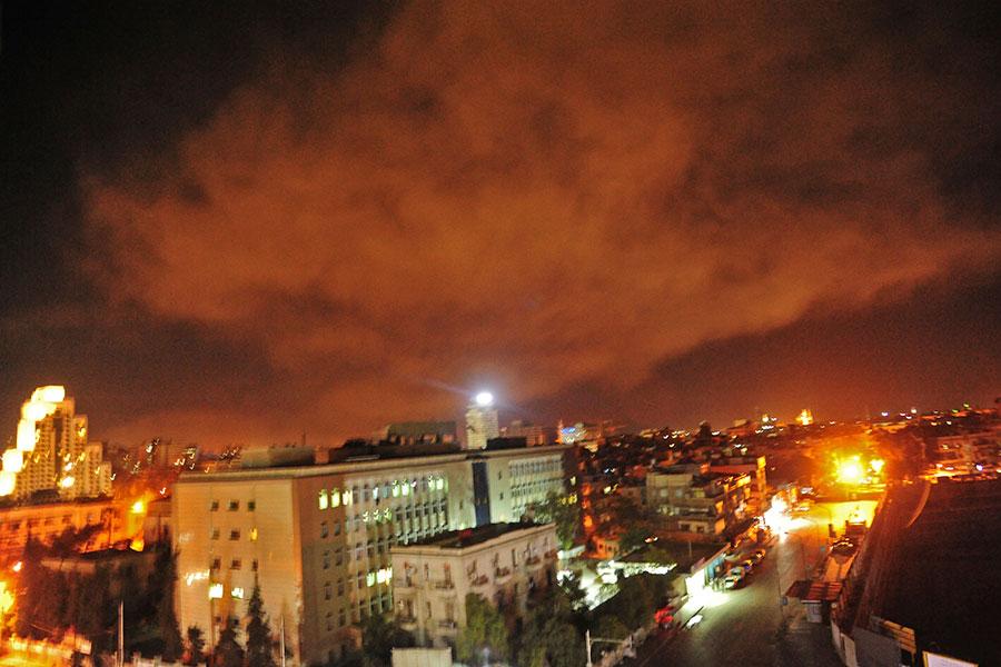 美國和英法兩國美東時間13日晚上9時針對敘利亞首都大馬士革的三座化武設施進行了精準的打擊。圖為打擊現場。(AFP PHOTO / HO / SYRIAN GOVERNMENT'S CENTRAL MILITARY MEDIA)