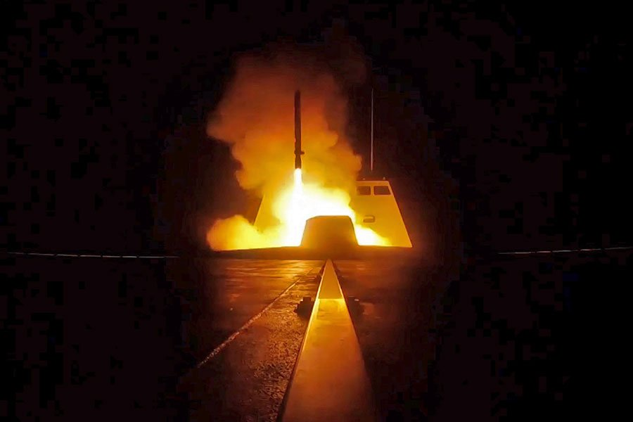 為阻止阿薩德政權再次對平民發動化武攻擊,美東時間周五晚,美英法三國聯合對敘利亞進行精準攻擊。圖為法國發佈的在聯合攻擊行動中,法國軍艦向敘利亞目標發射的巡航導彈。(AFP PHOTO / ECPAD AND AFP PHOTO)