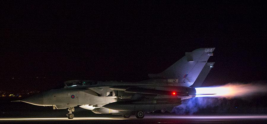 圖為英國皇家空軍龍捲風噴氣機起飛,執行對敘利亞空襲任務。(AFP PHOTO / MOD / L MATTHEWS)