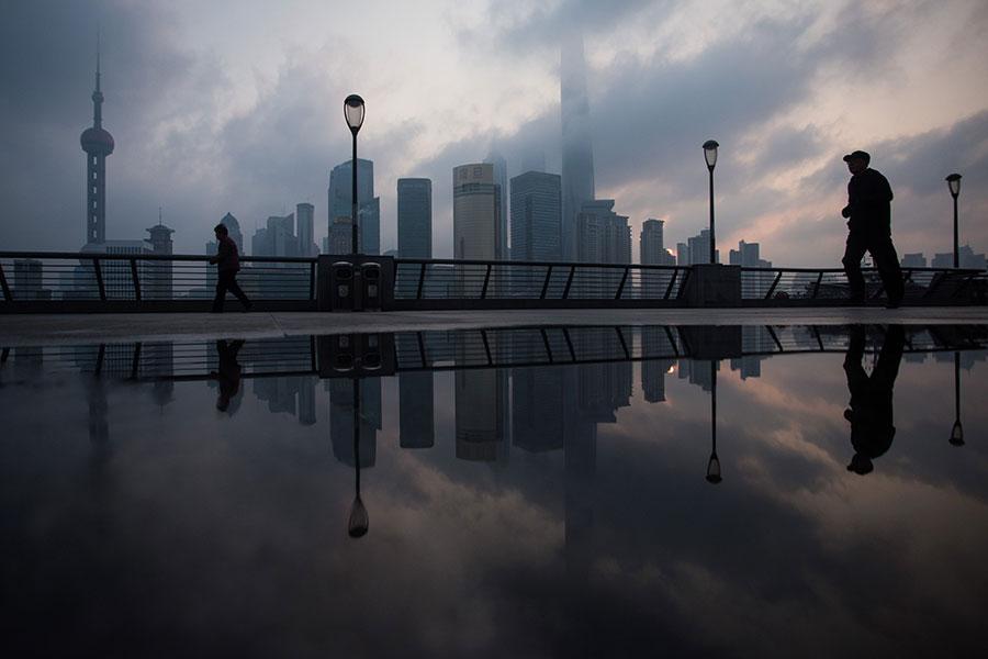 中共日前的公佈中,上海失去首個自由貿易港的機會。(JOHANNES EISELE/AFP/Getty Images)