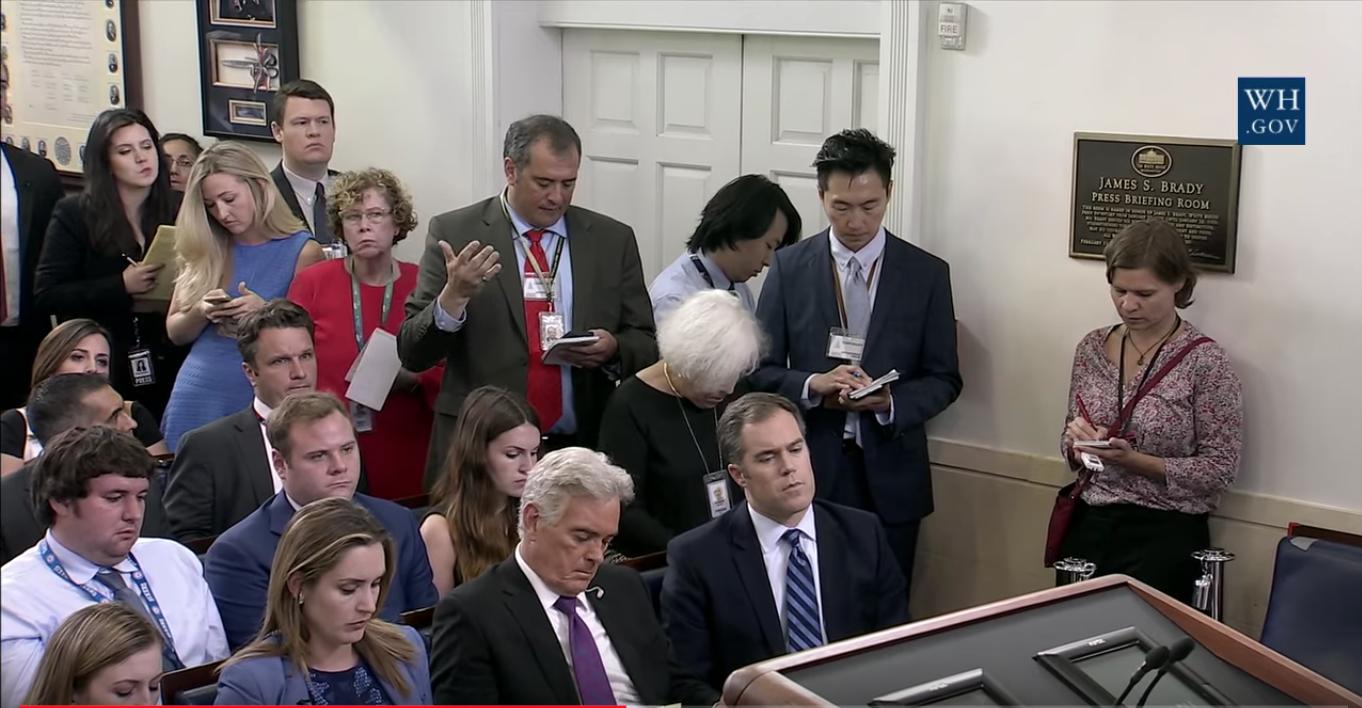 圖為英文大紀元記者Charlotte Cuthbertson(右一)2017年9月28日在白宮記者會做採訪。(白宮網站視像擷圖)