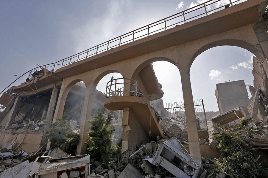 美國總統特朗普在美國當地時間4月13日晚間宣佈,已下令美軍向敘利亞目標實施導彈精準打擊,英國和法國也加入了打擊敘利亞目標的行動。圖為敘利亞一個科研中心被擊中。(LOUAI BESHARA/AFP/Getty Images)