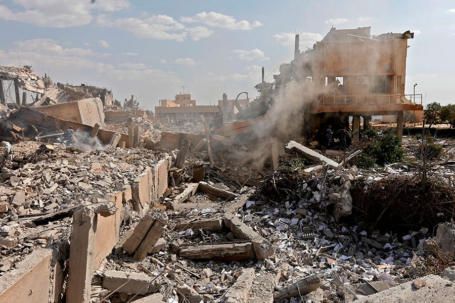 美英法三國發動懲罰敘利亞化武攻擊的空襲行動。此威懾行動受到了美國副總統及國會議員的支持。圖為空襲後,大馬士革附近的一個和化武相關的敘利亞科研中心廢墟。(LOUAI BESHARA/AFP/Getty Images)
