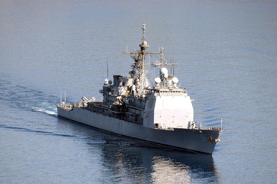 美國海軍蒙特雷號導彈巡洋艦參與了空襲,其可發射戰斧導彈。(維基百科共有領域)