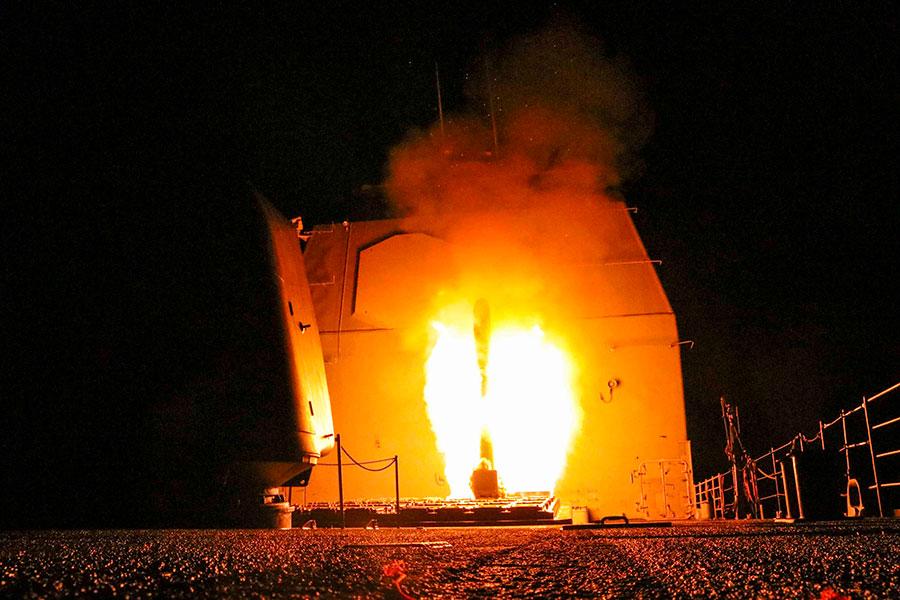 圖為空襲當晚美國向敘利亞發射的一枚戰斧導彈。(Matthew Daniels/U.S. Navy via Getty Images)