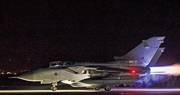 圖為英國皇家空軍龍捲風戰機起飛,執行對敘利亞空襲任務。(AFP PHOTO/MOD/L MATTHEWS)