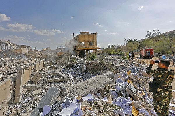 一名敘利亞士兵站在被炸成廢墟大馬士革Barzah科研中心。(LOUAI BESHARA/AFP/Getty Images)