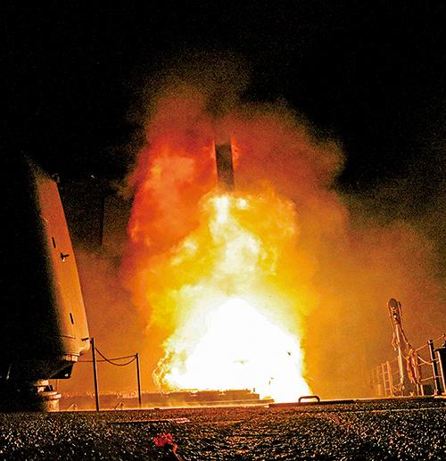 美國4月14日公佈照片,美國第五艦隊作戰區的導彈巡洋艦蒙特雷號(CG 61)發射一枚戰斧巡弋飛彈(Tomahawk)。(Matthew Daniels/U.S. Navy via Getty Images)