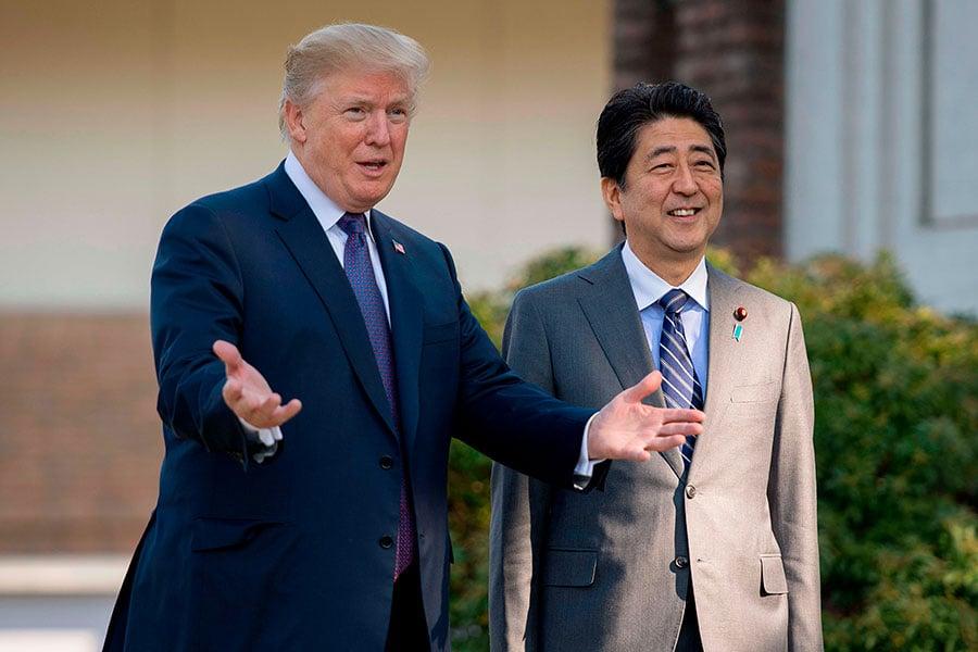 日媒周六報道稱,在日本首相安倍晉三下周訪美之際,安倍將會提出新框架,以便討論貿易問題,並希望說服美國重新加入《跨太平洋夥伴協定》(TPP)。圖為2017年特朗普訪問日本時,與日本首相安倍晉三會晤。(JIM WATSON/AFP/Getty Images)