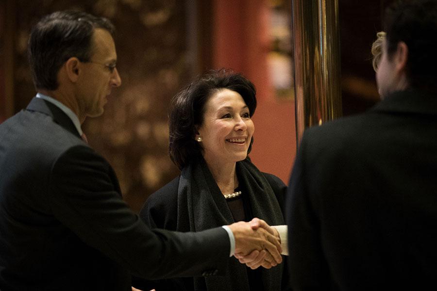 薩弗拉・卡茲(中)是薪酬最高的女性行政總裁。她也躋身所有最高薪行政總裁排名的前5位,排名第4。(Drew Angerer/Getty Images)
