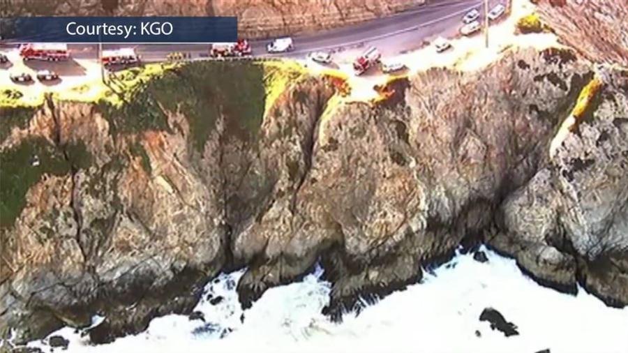 一名男子駕駛一輛麵包車,從加利福尼亞一個懸崖上墜落大海,奇蹟般倖存。(視像擷圖)