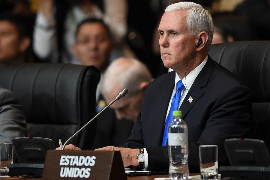 代替美國總統特朗普出訪美洲的副總統彭斯,周六(4月14日)在秘魯表達了他對美、英、法聯合空襲敘利亞的支持,並警告阿薩德的支持者俄羅斯說:「你們站在歷史錯誤的一邊」,「是時候領會特朗普總統傳遞的信息了」。(LUKA GONZALES/AFP/Getty Images)