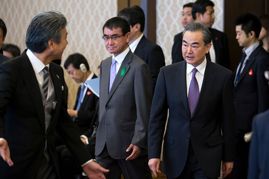 在兩韓峰會和可能的特金會之前,中共外長王毅訪問日本。(TOMOHIRO OHSUMI/AFP/Getty Images)