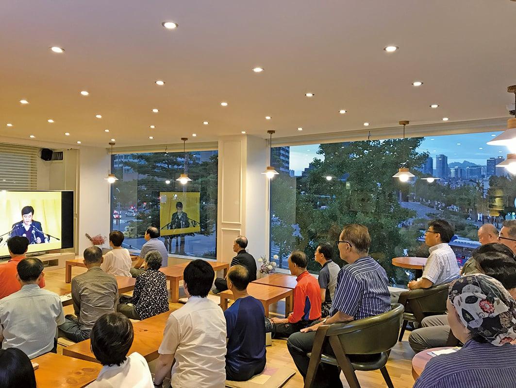 南韓首爾天梯書店九天班,學員們在觀看李洪志先生講法錄像。(明慧網)
