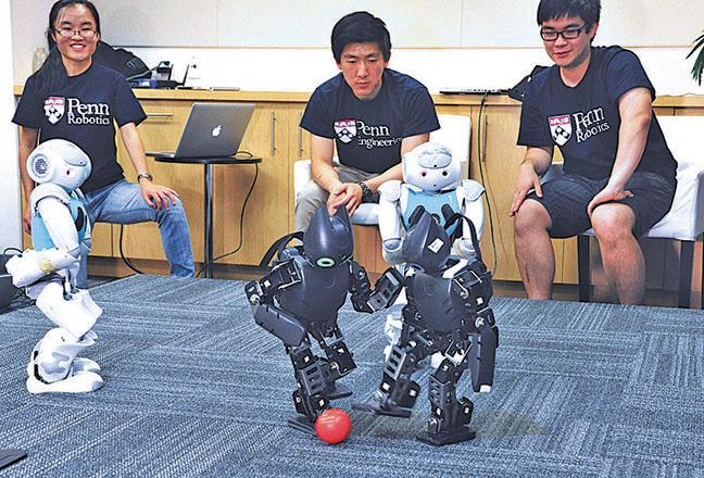美國賓州大學學生在展示其項目組研製的機器人。(AFP)