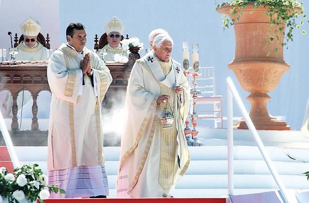 天主教皇本篤十六世(中)穿著Dalmatic袍衣。(Fabio Pozzebom/ABr/Wikimedia Commons)