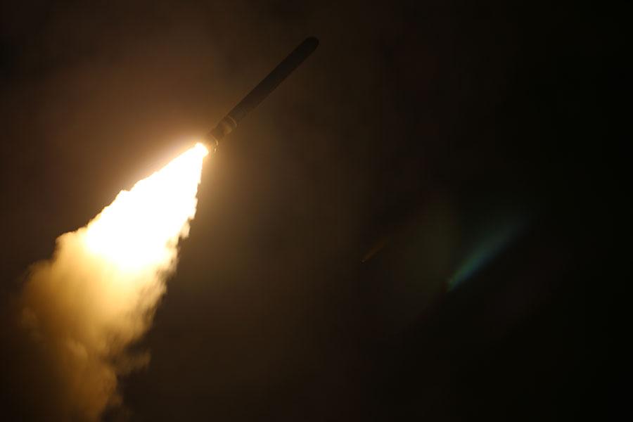 由美國領導的空襲敘利亞行動,不僅對敘利亞及其支持者也對北韓發出了強烈信號。戰略專家指出,這次空襲不僅讓北韓看到美國會用行動去支持其言論,而且也讓特朗普在與金正恩的核談判中具有更大影響力。圖為此次空襲中,美國對敘利亞發射一枚戰斧導彈。(U.S. Navy photo/Released)