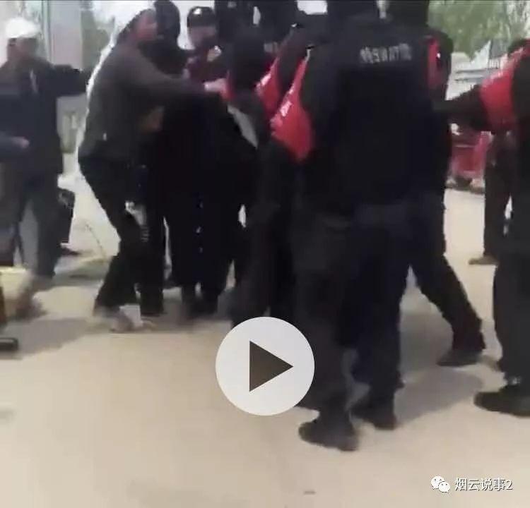 名身著「特警」字樣服裝的彪形大漢,隊形整齊,臂戴紅色袖套,蒙著黑色頭套到一處疑似辦喪事的地方「執法」。(微博擷圖)