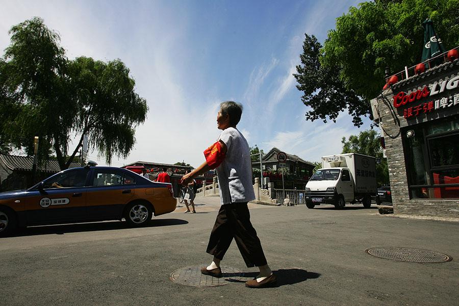 北京正值兩會,街頭處處可見一些所謂的「志願者」——東城大媽、西城大媽們 。她們的薪資有的能高達4千多元。圖為十年前北京的所謂自願者大媽。(Guang Niu/Getty Images)