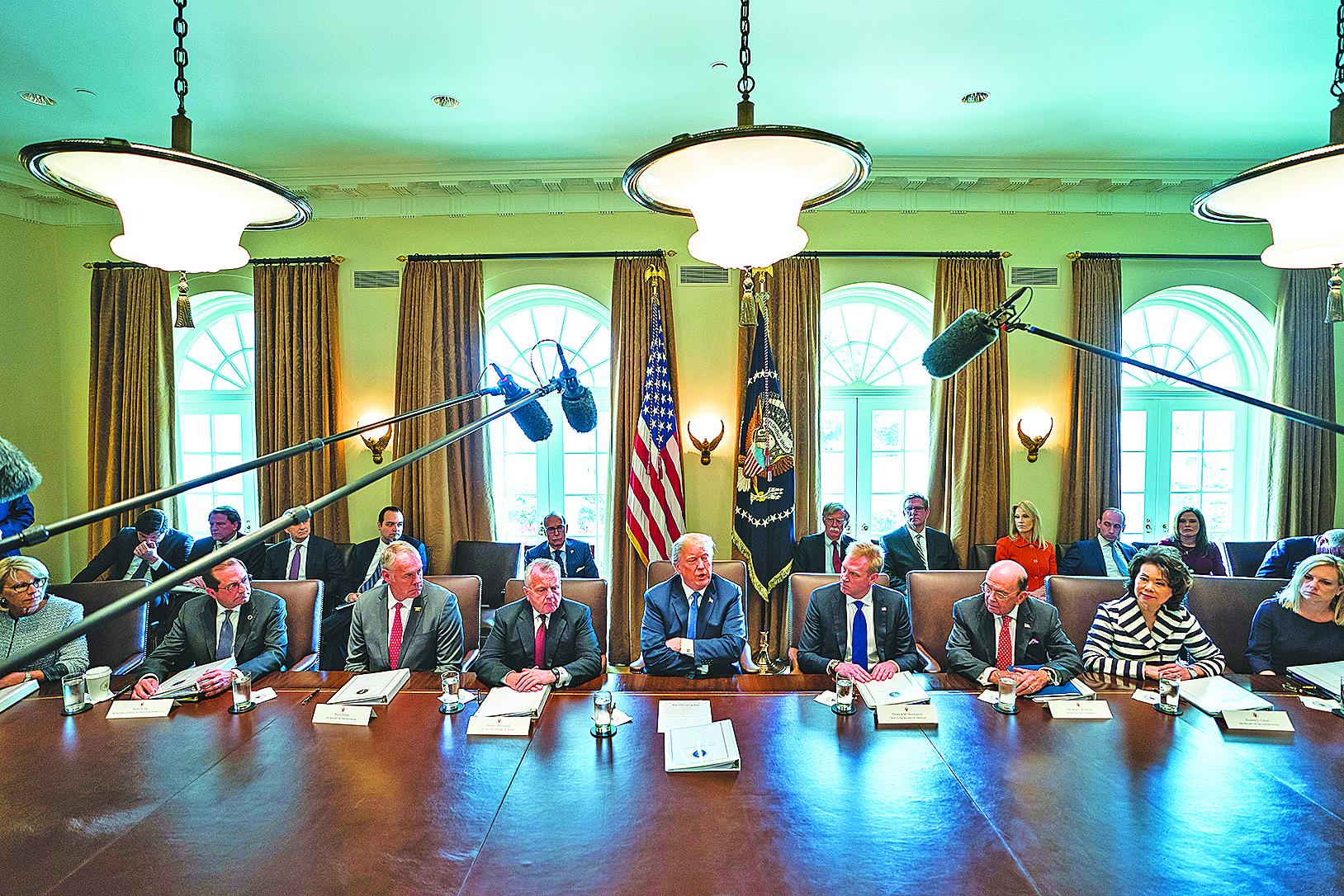 特朗普(中)4月9日召集內閣會議,他表示數日內會做出是否對敘利亞動武決定,果然他在13日下令對阿薩德政府的化武能力展開打擊。(AFP)