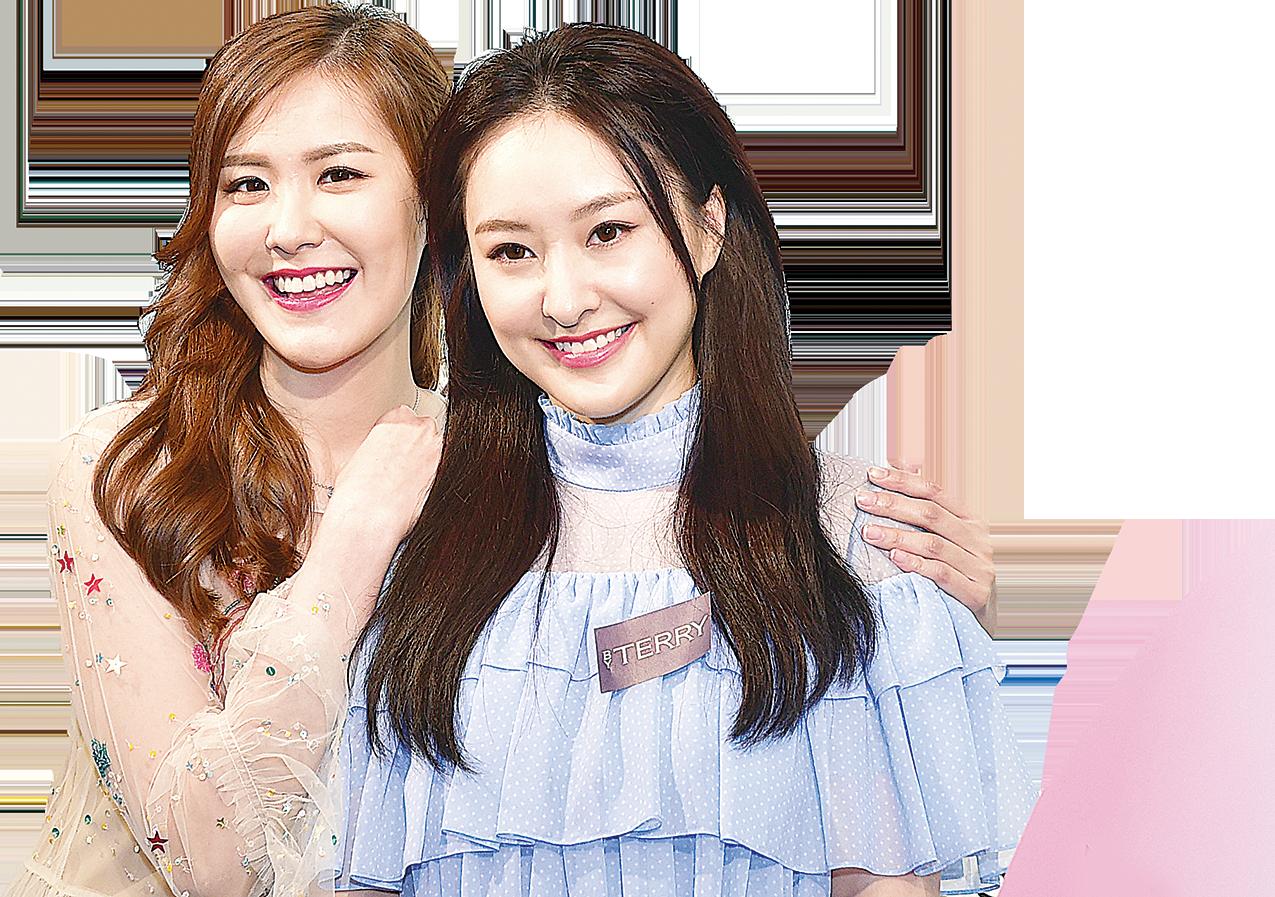 劉佩玥(左)與好友陳瀅出席彩妝品牌商場活動。(郭威利/大紀元)