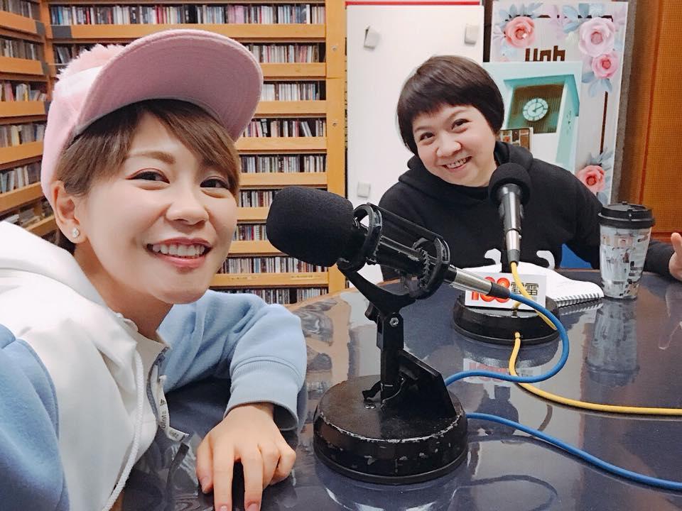 歌手陳慧敏(左)17日到商台宣傳新歌《青春線最後一站》。(陳慧敏facebook)