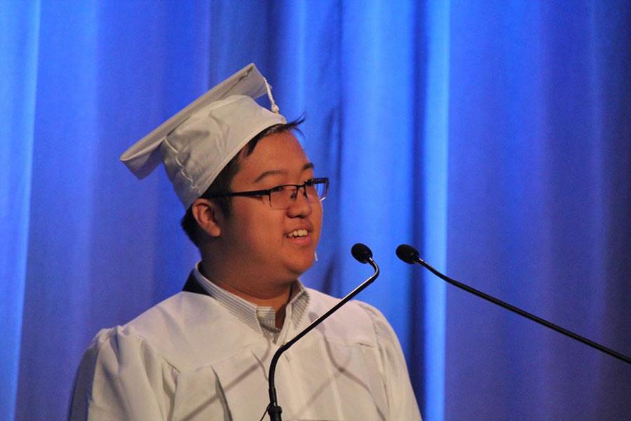 圖為吳耀國在高中畢業典禮上演講。(吳耀國提供)