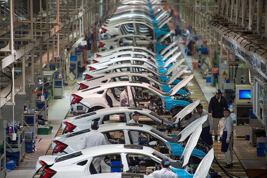 周二,中美貿易爭端或出現緩解跡象,北京宣佈將逐步消除汽車投資限制,白宮首席經濟顧問表示「北京已有更多建設性的反應」。圖為位於中國湖北省武漢的東風本田工廠的生產線。(STR/AFP/Getty Images)