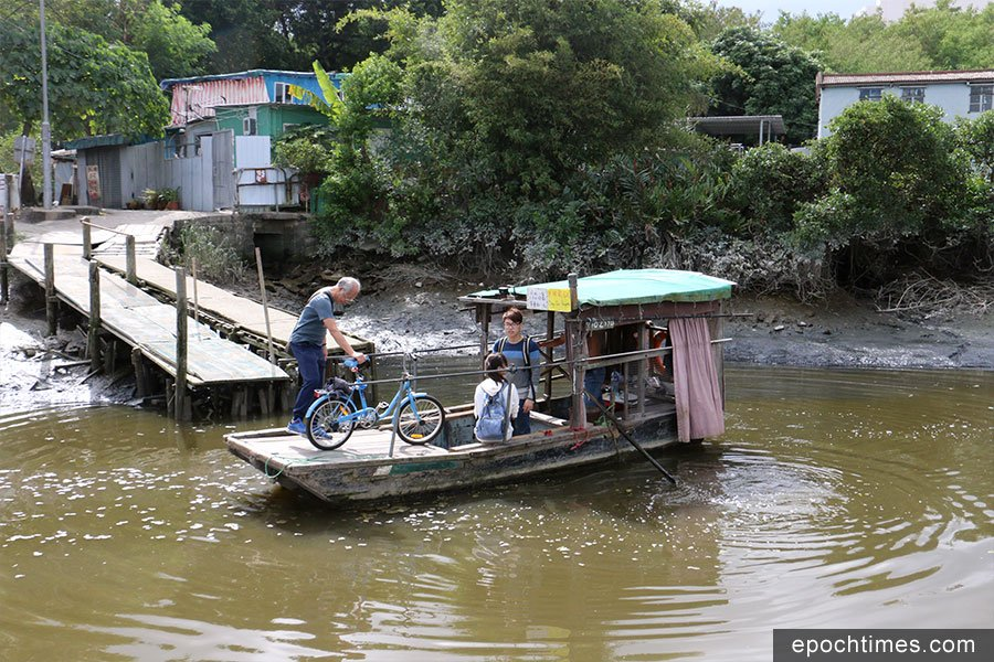 南生圍橫水渡為本港碩果僅存的人力橫水渡。(陳仲明/大紀元)