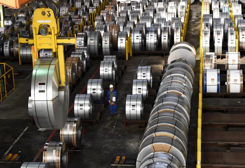 美國對鋼鋁進口商品分別課徵25%與10%的關稅,加拿大、南韓、歐盟得以「暫時豁免」高關稅,台灣經濟部為因應美國對進口鋼鋁課徵高關稅,限制業者進口陸製鋼鋁材,盼藉此增加台灣取得關稅豁免的機會。(TOBIAS SCHWARZ/AFP)