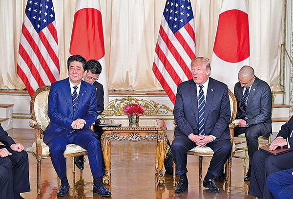 特朗普(右)和安倍(左)星期二舉行暫短新聞發佈會。特朗普對北韓半島的和平前景表達了祝福。(AFP)