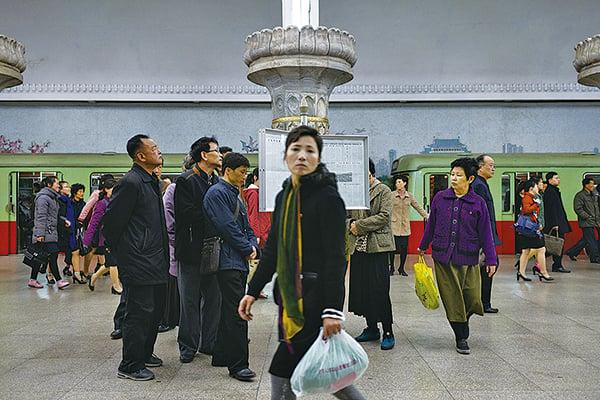 直到今天,很多北韓民眾依然只能通過官方的報紙佈告欄來了解信息。(AFP)