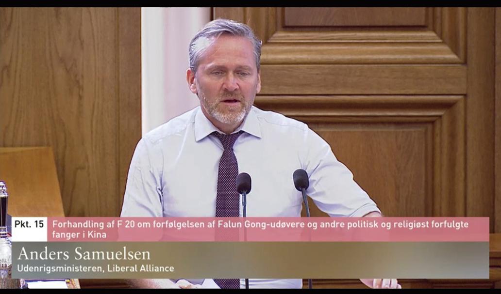 丹麥外交大臣Anders Samuelsen在答辯會上答覆議員質詢。(丹麥議會錄像截圖)