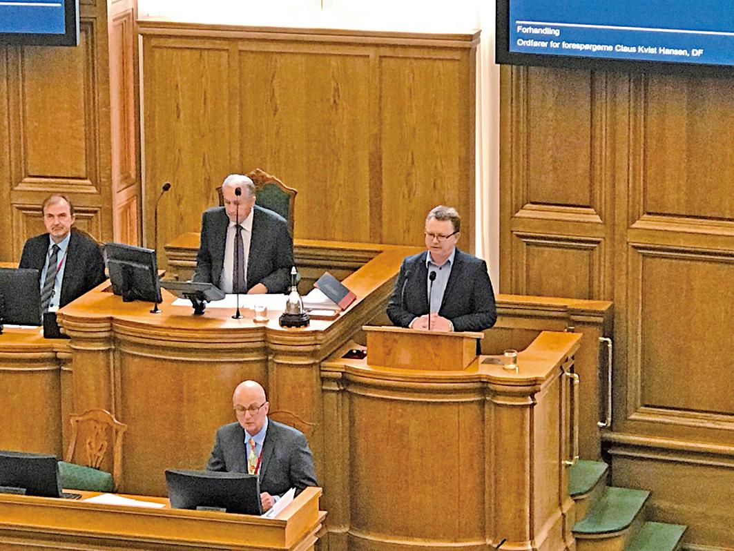 丹麥人民黨向外交大臣提出質詢的六位議員代表Claus Kvist Hansen (右)在議會大會議廳主席台上發言。(林達/大紀元)