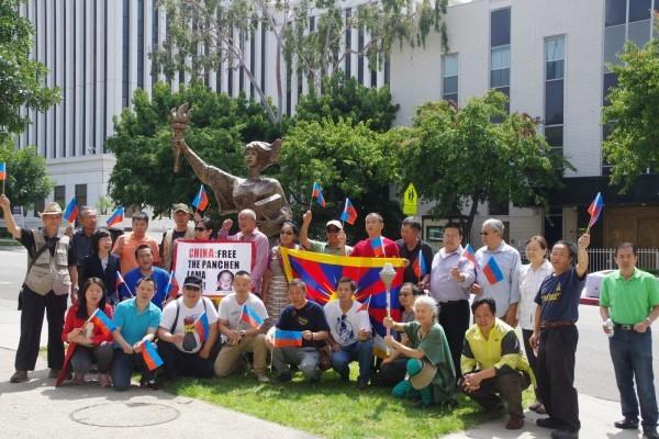 5月14日(星期六)下午,由海外民運和維權人士發起的「紀念六四大屠殺28週年人權之旅」活動從洛杉磯中領館啟程。(劉菲/大紀元)