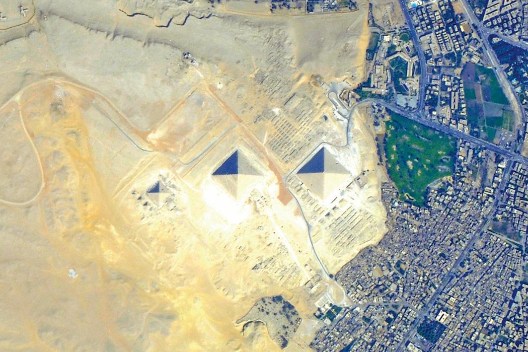 衛星拍到埃及的大金字塔。(NASA)