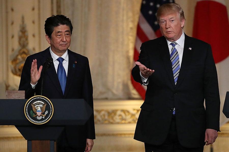 周三下午,美國總統特朗普與日本首相安倍召開記者會,特朗普表示,若預期特金會沒有成果,他不會同意召開。此外,美日同意加強經貿投資合作關係,以減少美日巨大貿易赤字。(Joe Raedle/Getty Images)