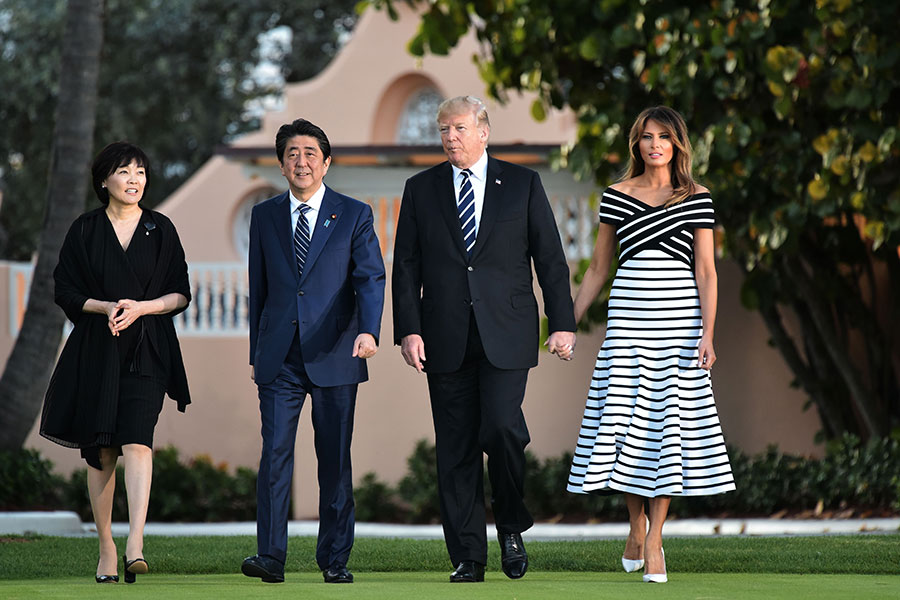 特朗普伉儷及安倍伉儷在海湖莊園散步。(PMANDEL NGAN/AFP/Getty Images)