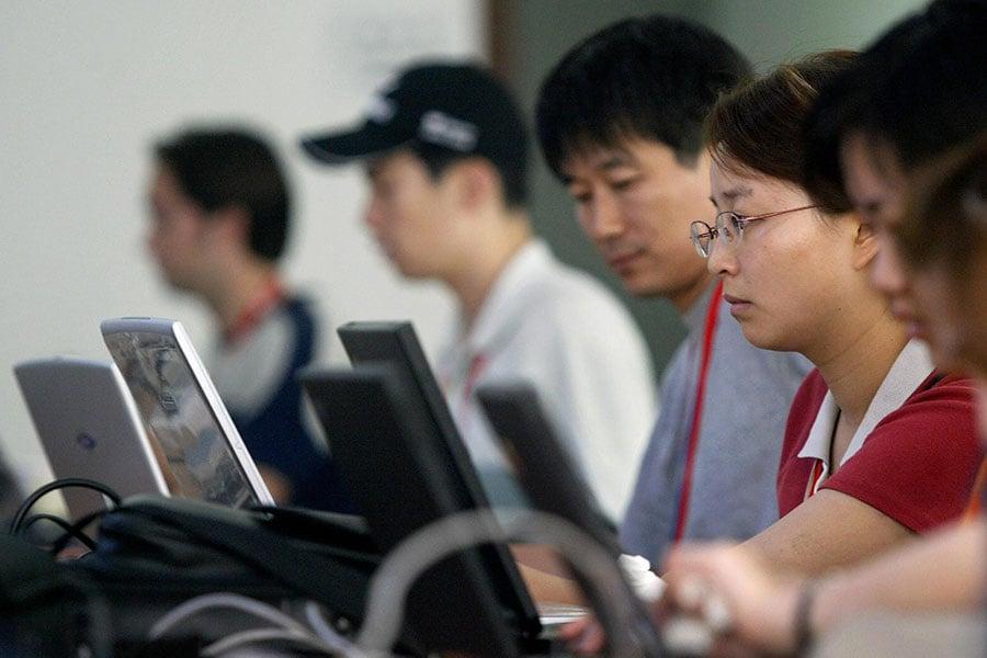 中共國安部15日開通網上舉報受理平台,鼓勵組織和個人對發現所謂具有危害國家安全行為的線索進行舉報。圖為大陸網民。(FREDERIC J. BROWN/AFP/Getty Images)