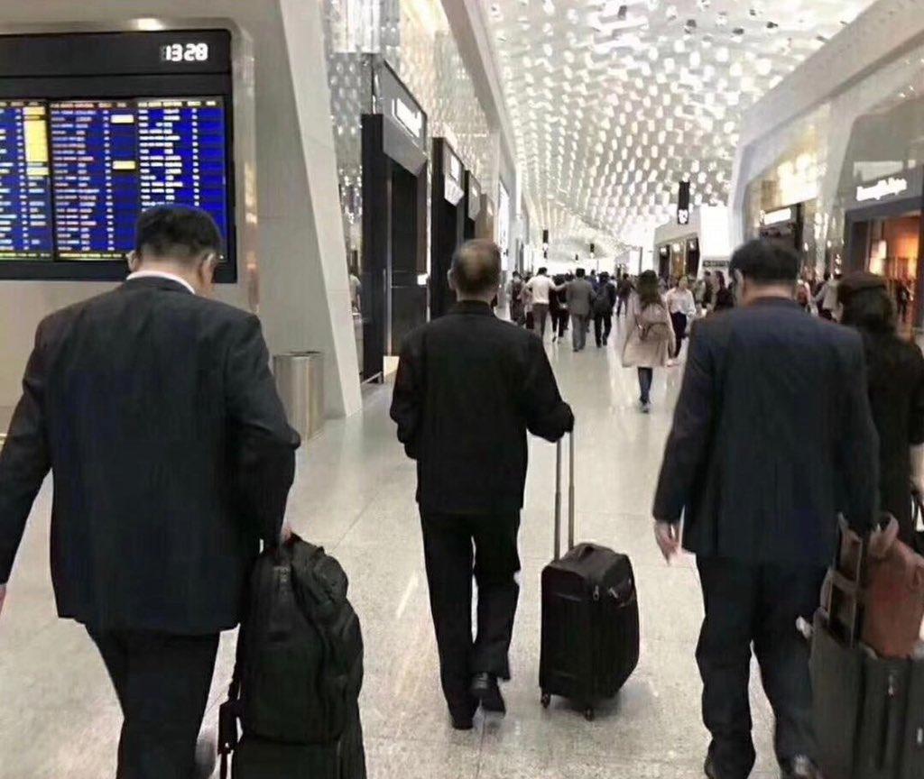 中興三巨頭同時現身機場,低頭不語,照片熱傳。(微信圖片)