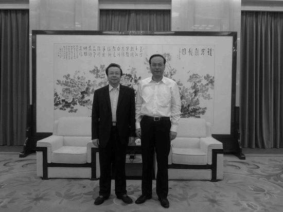 2013年5月16日,賴小民與孫政才合影。(來源:中國華融官網)