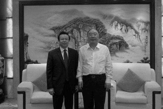 2013年5月15日,賴小民與黃奇帆合影。(來源:中國華融官網)