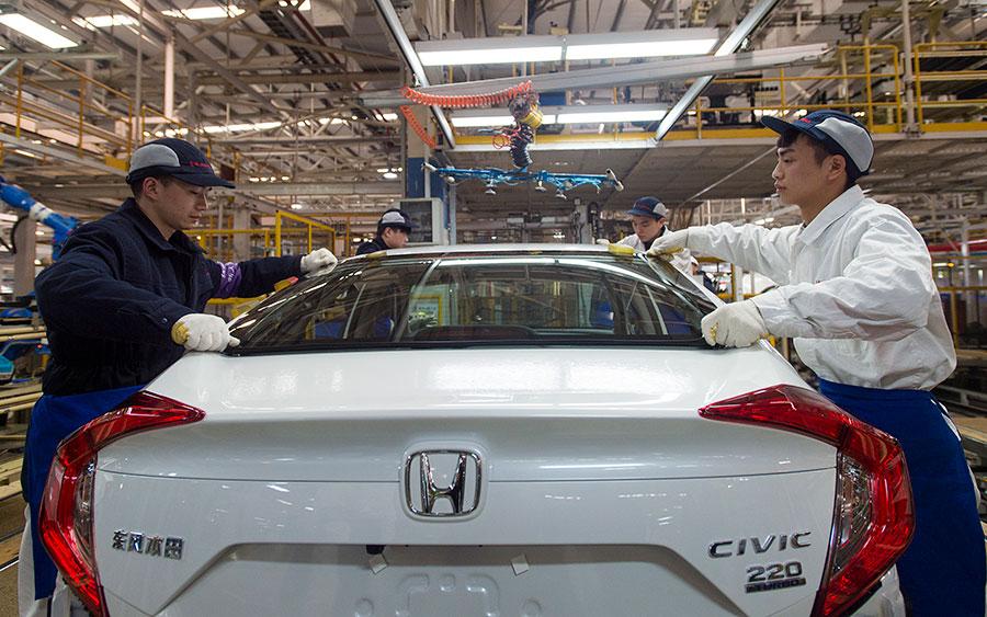 日本汽車製造商本田(Honda)修改了自己的法律文件,讓中共參與其在華工廠的營運管理。圖為湖北省武漢市一間本田汽車工廠。(STR/AFP/Getty Images)