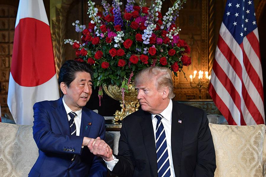 日本共同社援引外交消息人士的話說,美日韓三國尋求在短期內實現北韓無核化,在2020年夏天前後達成目標是其中一個方案。圖為2018年4月17日,美國總統特朗普與日本首相安倍晉三在海湖莊園進行首腦會談。(MANDEL NGAN/AFP/Getty Images)