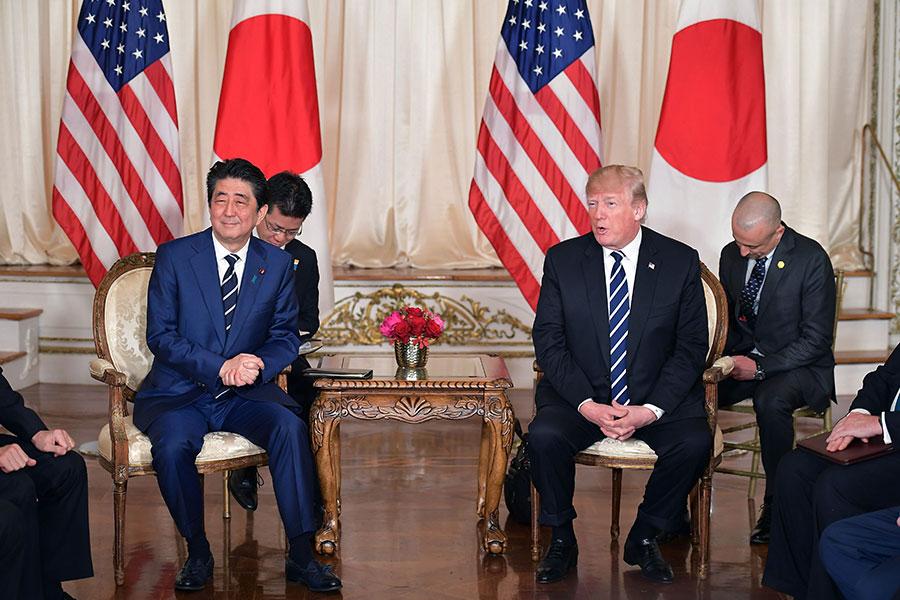美國總統特朗普周二(4月17日)在日本首相安倍晉三訪問期間表示,北韓和南韓即將舉行會面,結束他們之間長達數十年的「戰爭」。特朗普還說,兩個國家都有他的祝福。(MANDEL NGAN/AFP/Getty Images)