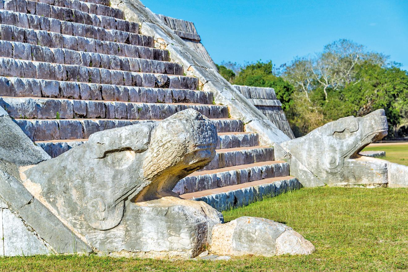金字塔階梯底部的羽蛇神頭部雕像。
