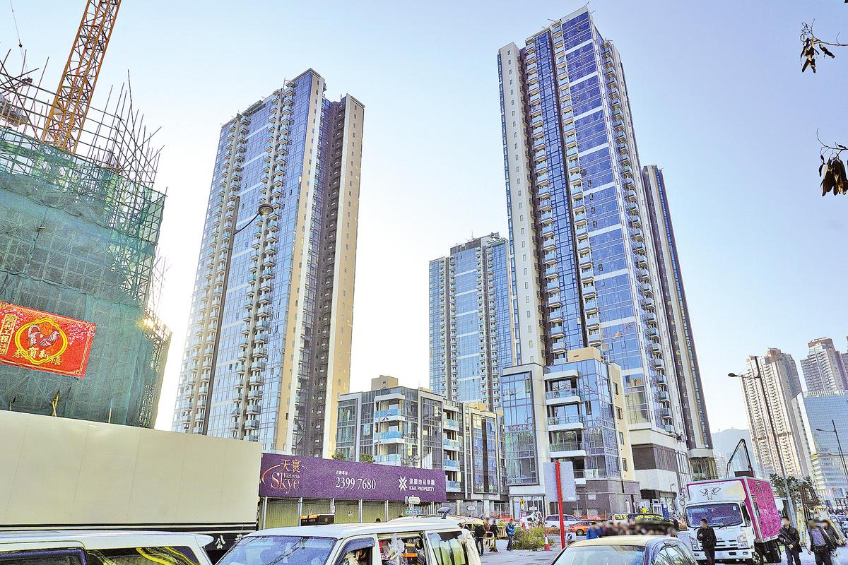 本文作者點出香港特區政府在房屋政策上的五宗罪,並分析為何不設買家戶籍限制等,甚至連「港人港地」都撤回。圖為唯一一幅「港人港地」啟德1號。(Exploringlife/公有領域)