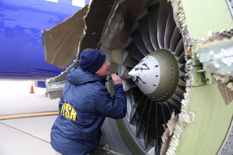 2018年4月17日NTSB調查員在檢查西南航空公司客機發動機的損壞情況。(AFP PHOTO/NATIONAL TRANSPORTATION SAFETY BOARD/HANDOUT)